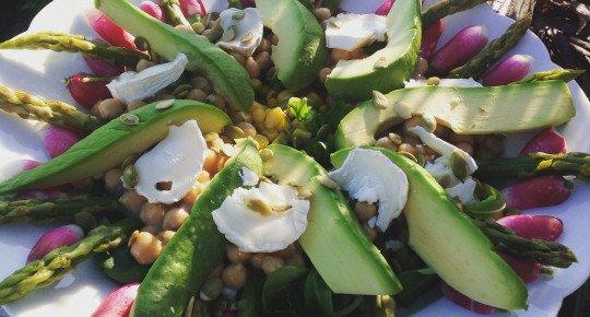 Salade avocat/asperges vertes croquantes /radis et beaucoup d'autres petites choses très gourmandes !