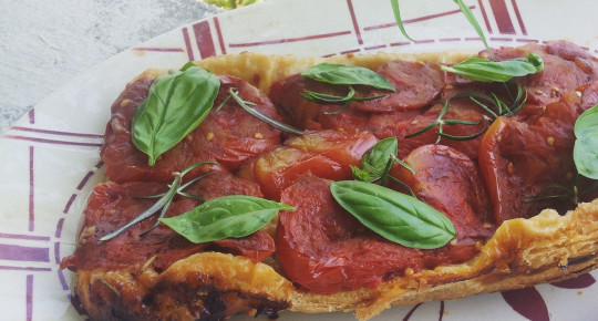 Tarte tatin tomates, romarin, basilic.